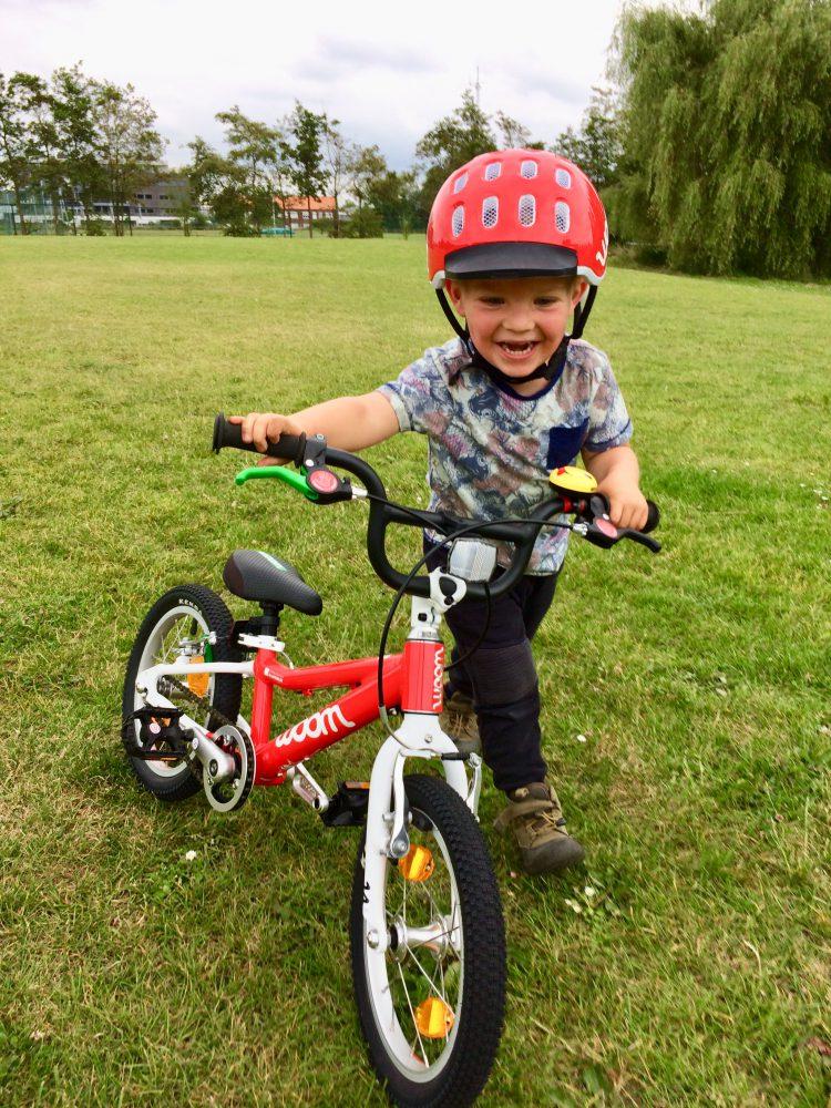 Fietshelm bij Stip-kinderfietsen, magasin de vélo pour enfants, kinderfietsenwinkel, Woom fiets bij Stip-kinderfietsen in Nijmegen