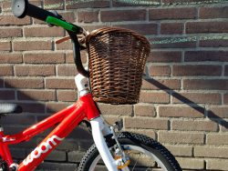 Woombikes bij Stip-kinderfietsen, Mandje voor kleine fietsjes 14 inch en 16 , Fahrradladen für Kindernch. Stip-kinderfietsen für kinderleicht radfahrenaluminium kinderfiets, lichtgewicht kinderfiets, kinderfietsenwinkel, Woombikes, Woomfiets bij Stip-kinderfietsen in Nijmegen